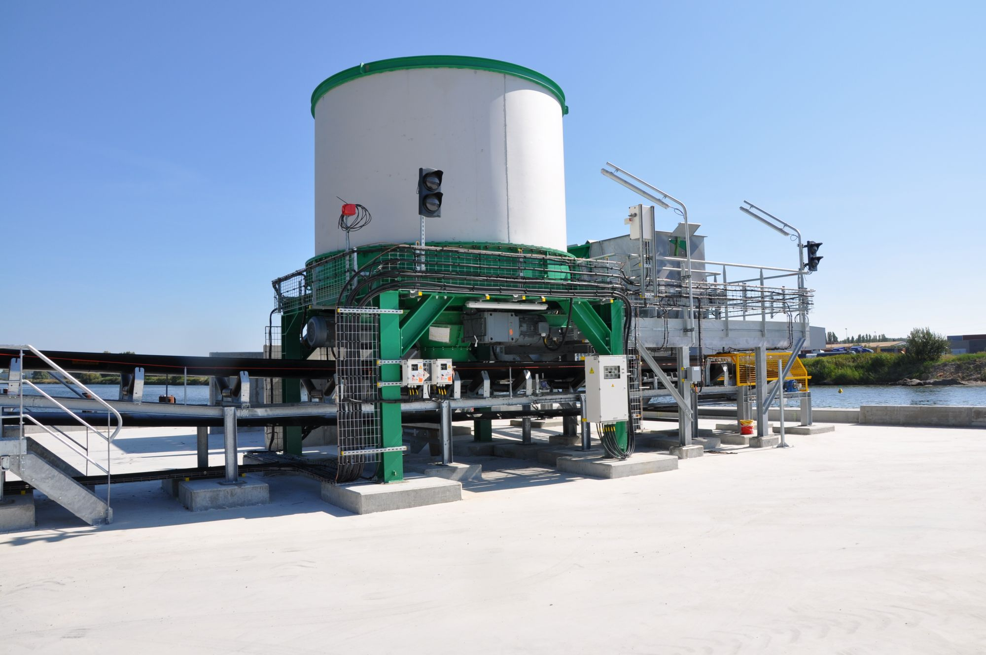 Feeder of pasty bulk material